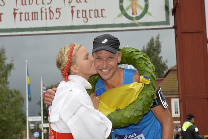 Jonas Buud och kranskullan Lisa Englund. Foto: Vasaloppet/Nisse Schmidt