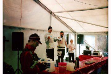 Arrangörerna Jonas Wängberg och David Sundvall håller informationsmöte strax före start. Mia Thomsen i bakgrunden. Foto: Daniel Becker.