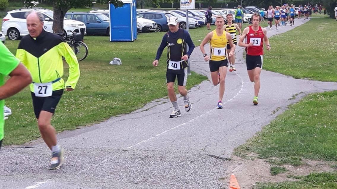 Guldmedaljören André Rangnelind och silvermedaljören Elov Olsson springer jämte varandra. André strax bakom till höger om Elov.